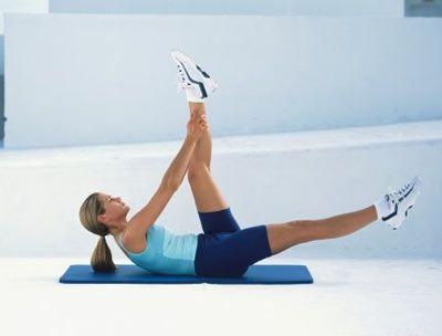 2- Sırtüstü yatıp bacaklarınızı havaya kaldırın ve iyice açın. Sonra kollarınızı uzatıp, ellerinizle baldırlarınızı kavrayın.Vücudunuzun üst bölgesini yukarıya kaldırıp indirin. Egzersizi 10 kez tekrarlayın.